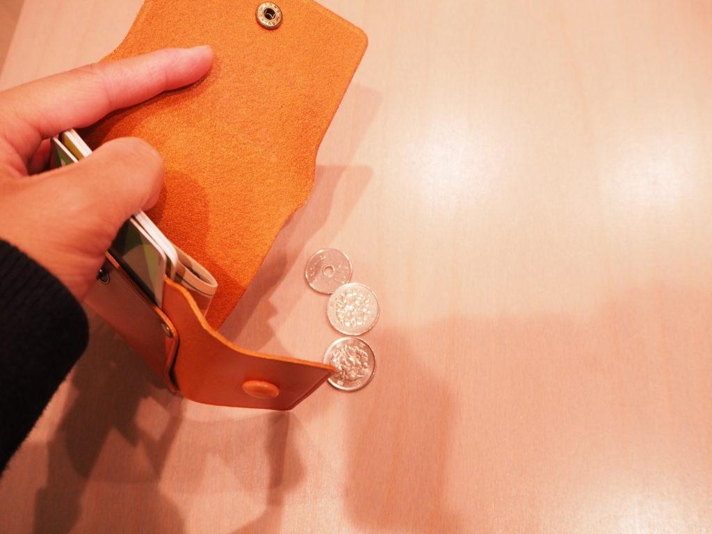 究極のミニマル財布から小銭を取り出す
