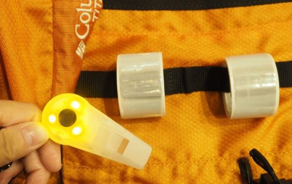 防災リュックには反射板,簡易ライト,笛をつける