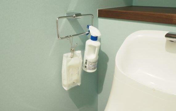 トイレの掃除グッズを吊り下げ収納するアイディア